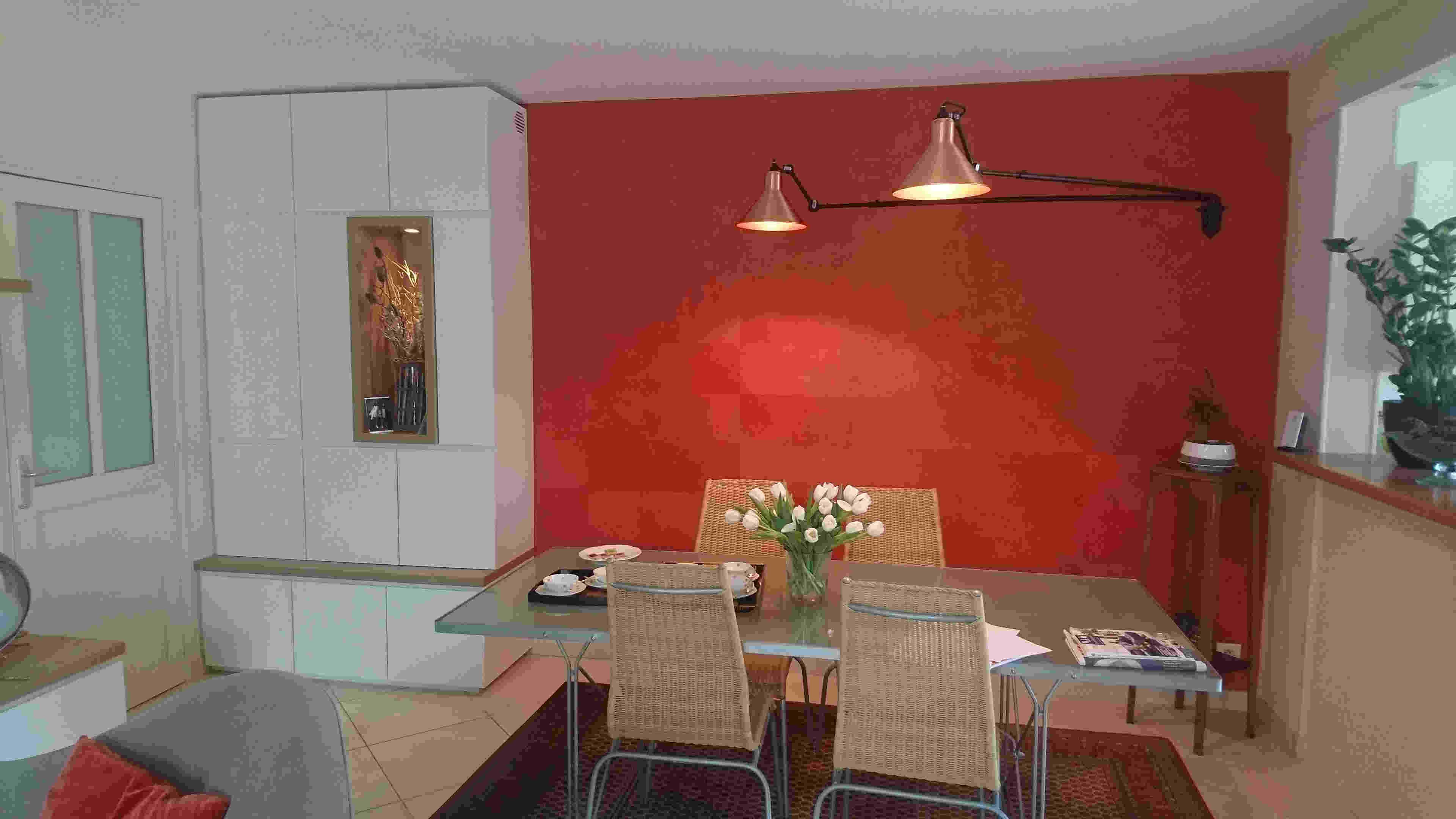 JPG · Sejour Avec Un Papier Peint Rouge.
